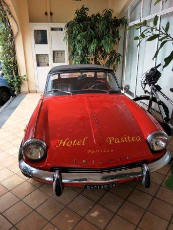 Positano Art Hotel Pasitea: Car in front of hotel