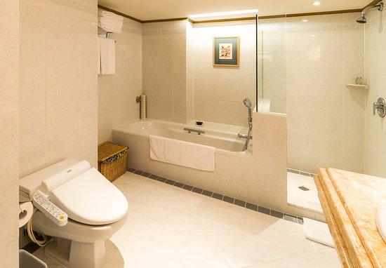 The Riviera Hotel: Bathroom