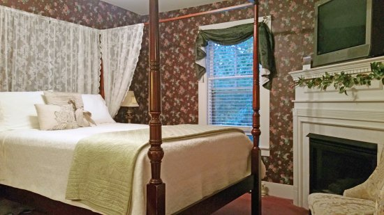 Riverside Inn Bed and Breakfast: The Jackson Falls room