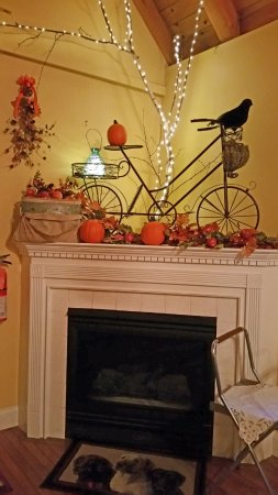 Riverside Inn Bed and Breakfast: Whimsical decorations