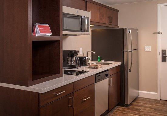 Altoona, PA: Queen/Queen Studio Suite - Kitchen