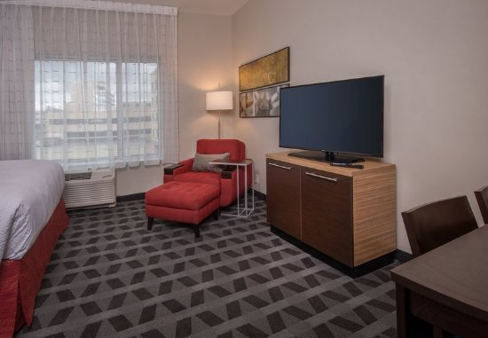 Altoona, PA: Queen/Queen Studio Suite - Living Area