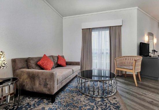 โรงแรมโปรที มิดแรนด์: Executive Queen Guest Room - Living Area