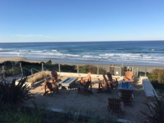 Inn at Nye Beach: View from parking to fire pit and beach