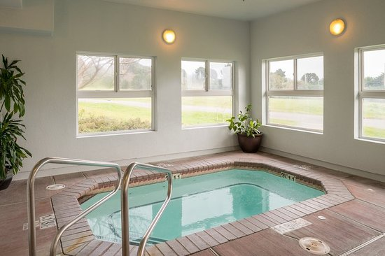 McKinleyville, Californien: Relax in our indoor spa hot tub