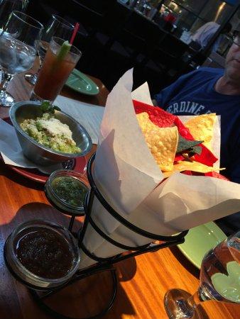 Reposado Restaurant : Chips and guacamole