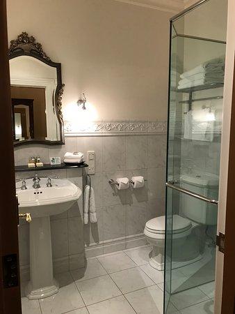 Craig's Royal Hotel: Modern bathroom in classic style.