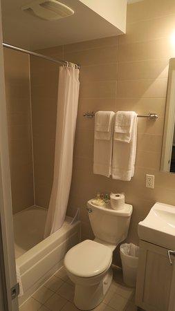 Au Petit Hotel : バスルーム