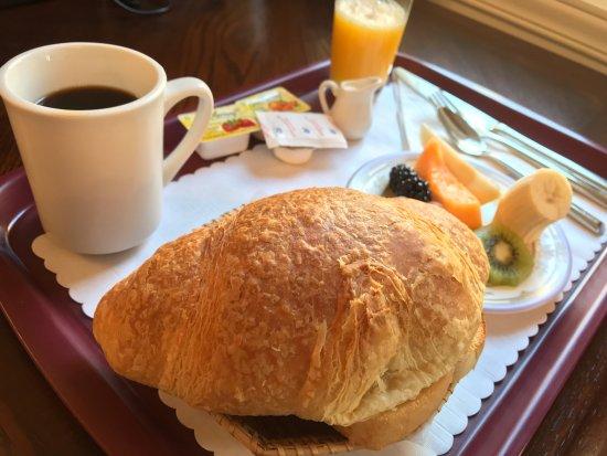 Au Petit Hotel : $2.50の朝食