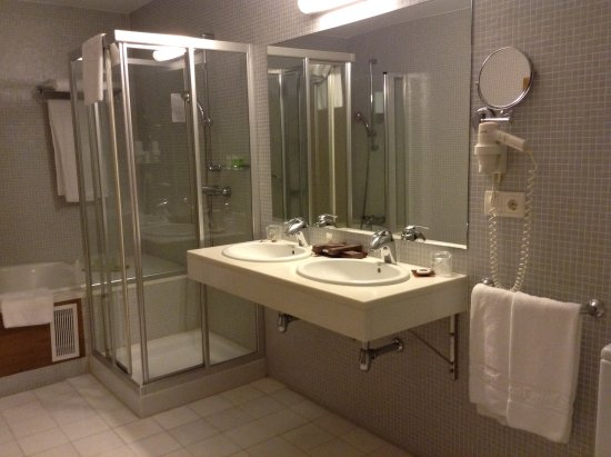 San Francisco Hotel Monumento: Very spacious and luxurious bathroom with bathrobes and slippers included