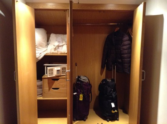 San Francisco Hotel Monumento: The closet and safe