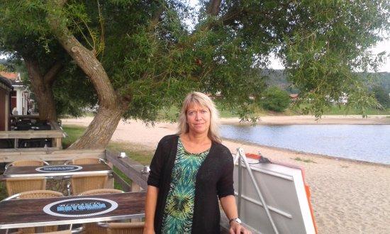 Granna, Suède : Är i Gränna hamn, på restaurangens uteplats och får en utsikt över Lagunen vid Gränna camping