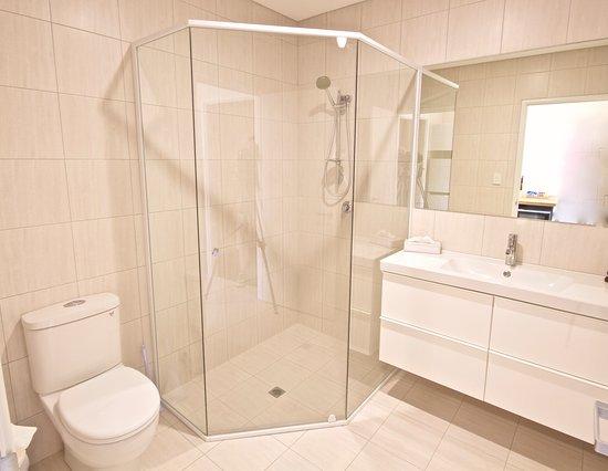 Bunbury Apartment Motel: Standard 2 bedroom apartment bathroom