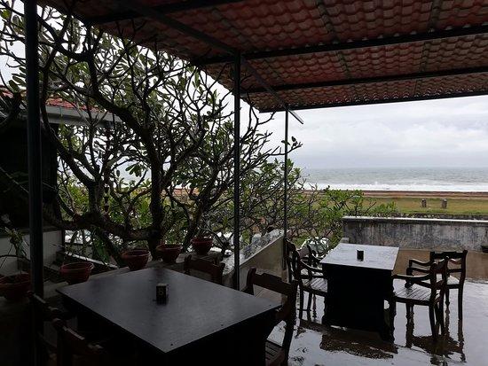 Pedlar's Inn Cafe : open terrace and view of ocean
