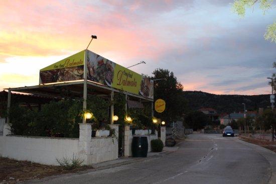 Vinisce, Croatia: lokal wiczorem