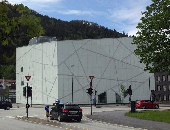Forde, Norvegia: Sogn og Fjordane Kunstmuseum in early summer. Architecture by C.F. Møller.