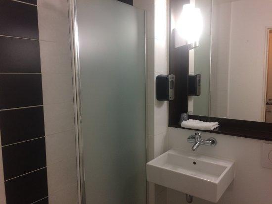Senningerberg, Luxemburgo: 簡素だが清潔なバスルーム
