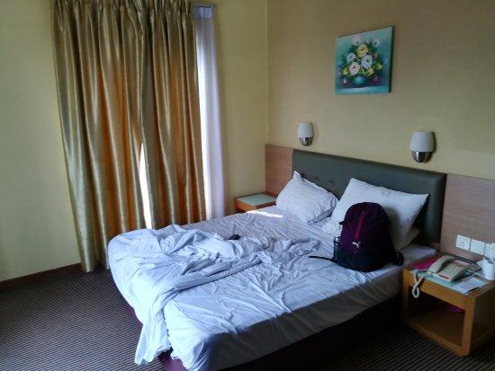 Rooms: Монорельс и гостиница справа