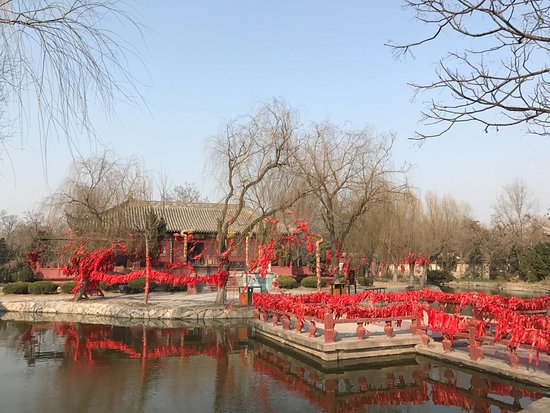 Kaifeng, Cina: A temple in the park