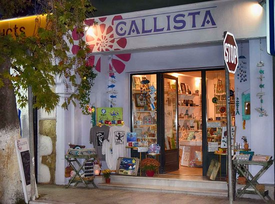 Kalyves, Grecia: Callista on a warm summer night...cozy and inviting.
