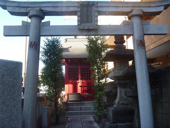 Koganei, Japan: 鳥居と祠