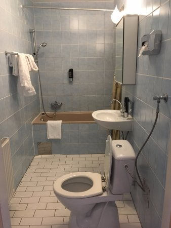 Hotel Pension Baron am Schottentor: Bathroom with tub and lots of mold