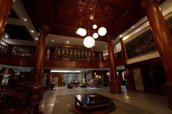 The Privilege Floor by BOREI ANGKOR: Spacious Lobby with elegant wooden structures
