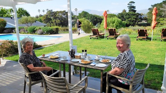 Dongola Guest House: Breakfast on the covered desk.