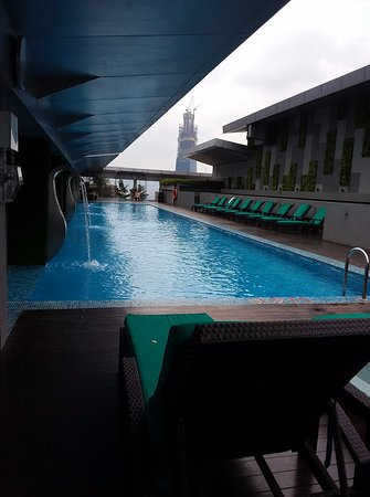 PARKROYAL Serviced Suites Kuala Lumpur: Roof top swimming pool