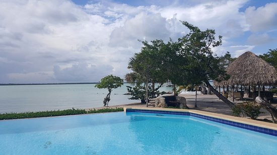 Corozal Town, Belize: Infinity Pool on the beach