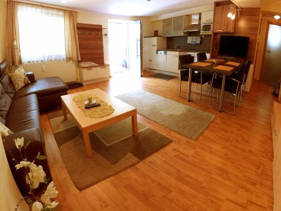 Klopeinersee, Østerrike: Wohnbereich mit Küche des Appartements im Ergeschoss