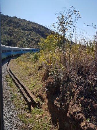 Trem da Vale – Ouro Preto e Mariana: Vista do vagão panorâmico aos vagões convencionais do Trem do Vale.
