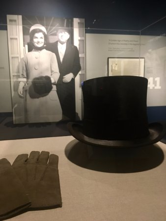 John F. Kennedy Presidential Museum & Library : JFK's top hat and gloves worn on inaugural day.
