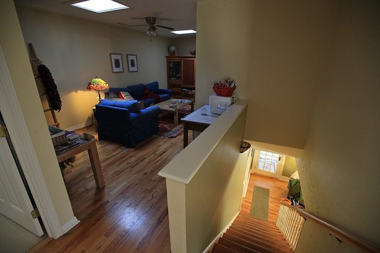 Miners Pick Bed and Breakfast: Escalier et salon