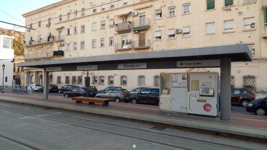 Die Straßenbahnstation Mediterrani