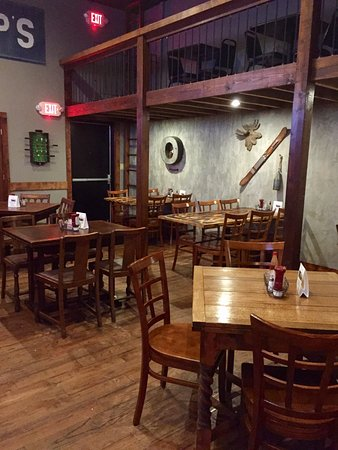 Winnsboro, TX: Backroom dining area with bar and TV's.