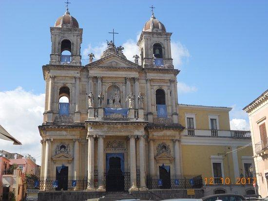 Acireale, İtalya: Basilica addobbata a festa