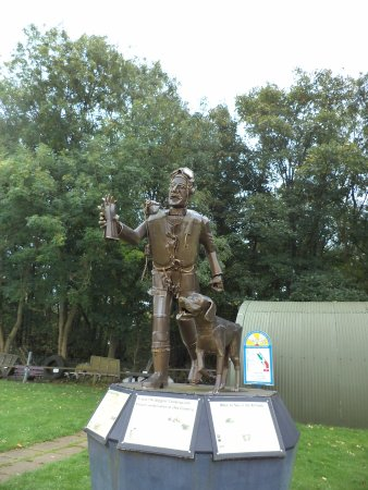 Flixton, UK: Wonderful statue of an RAF Sergeant Pilot (and his dog!) of 1940