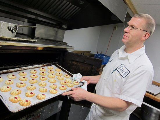 Bradford, Pensilvania: Master Baker-Joe with some fresh baked cookies coming out of the oven