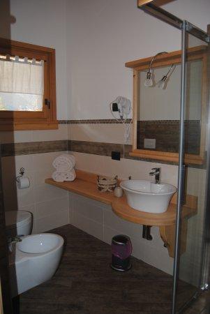 Giustino, Italia: Bagno stanza Rododendro