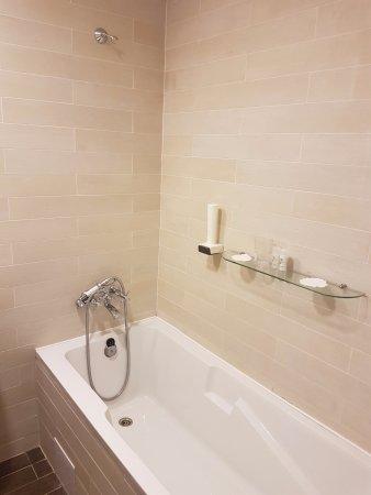 Badacsonytomaj, Magyarország: Narrow bathtub with a shelf but no shower curtain...