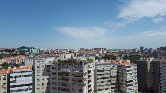 Hotel Ibis Lisboa Jose Malhoa : La vista dalla nostra camera al settimo piano. Affascinante di sera