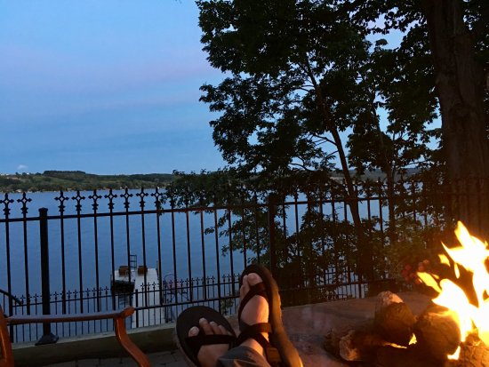 Penn Yan, Nowy Jork: View from a common area balcony, by the fire pit.