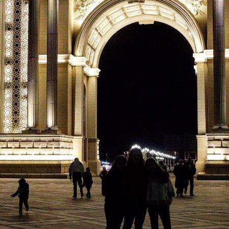 Ganja Heydar Aliyev Park: вечерком прогуливались там , незабываемо , особенно с компанией)