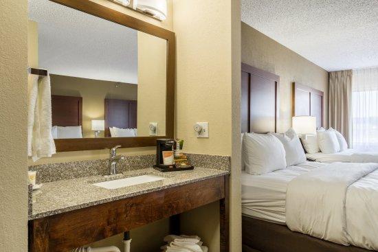 Norwalk, OH: 2 QUEEN BEDS