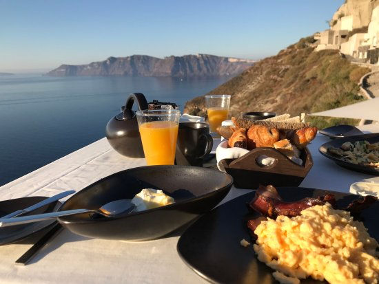 Mystique Luxury Collection Hotel: Breakfast overlooking Caldera
