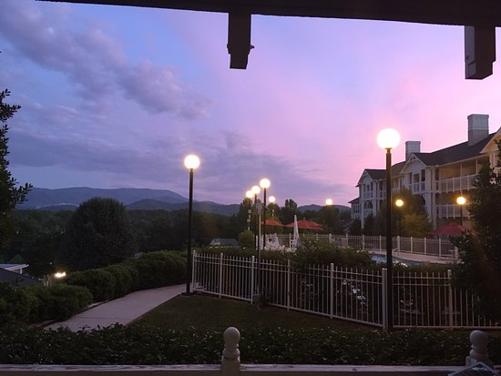 Sunrise Ridge Resort: A great view from our apartment looking out towards The Smokey Mountains at dusk.