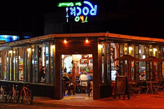 The Rock Galapagos - Seafood Grill & Bar: Las noches siempre están llenas de diversión en The Rock