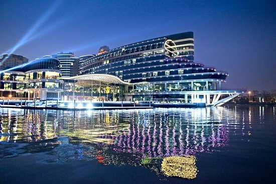 Crowne Plaza Hotel Suzhou: Hotel Exterior View from the Lake
