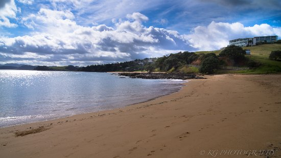 Cable Bay, New Zealand: The Golden Sands beach below the villa - see the villa top right